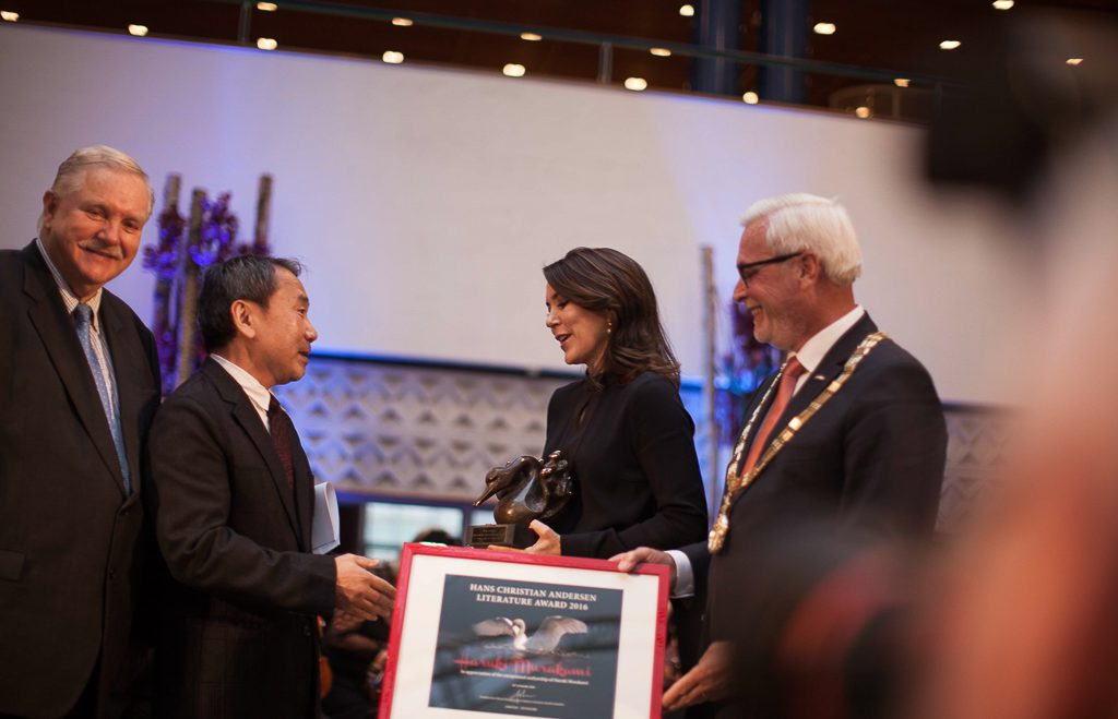 06-chairman-of-the-prize-comitee-jens-olesen-haruki-murakami-her-royal-highness-crown-princess-mary-of-denmark-and-mayor-of-odense-anker-boye_photo-by-jacob-keinicke-2